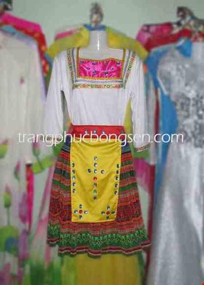 Cho thue Trang phục dân tộc Mèo, áo thun trắng cổ vuông phối thổ cẩm