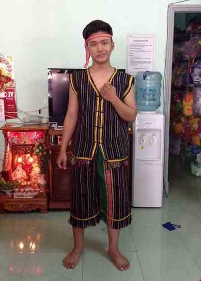 Cho thue Trang phục Tây Nguyên nam vải thổ cẩm 02