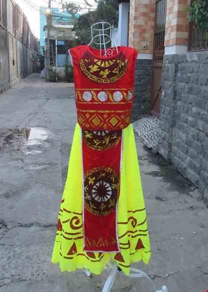 Cho thue Đầm múa Âu Lạc nhỏ thân nhung đỏ váy vàng