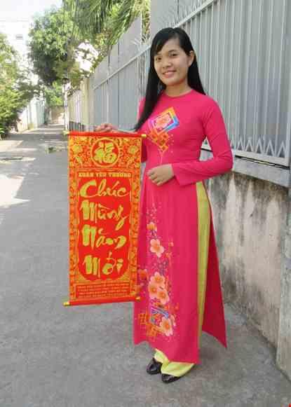 Cho thue Áo dài lụa hồng vẽ hoa đào ô vuông ngực