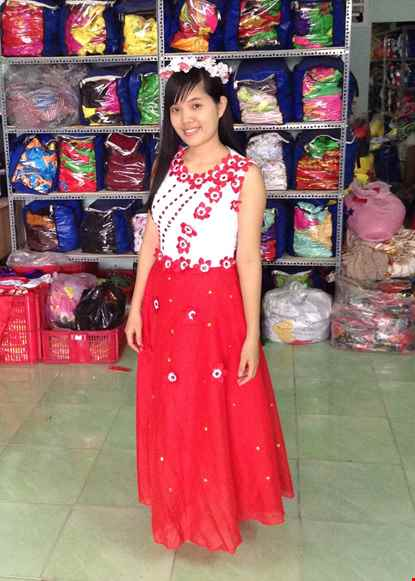 Cho thue Đầm múa dài đỏ thân trắng kết đá, hoa dán