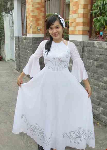 Cho thue Đầm múa dài trắng cổ yếm tay loe