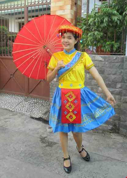 Cho thue Dân tộc Mèo áo thun vàng - xanh, váy phi xanh