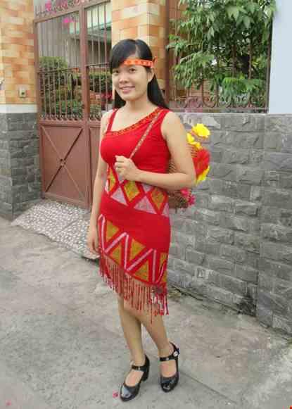 Cho thue Đầm Tây Nguyên nữ nhung đỏ chéo vai tà xéo