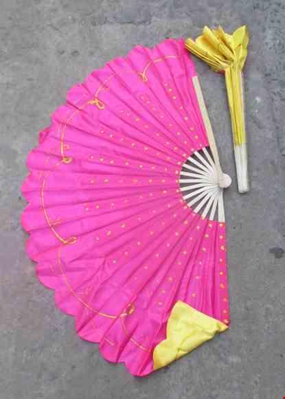 Cho thue Quạt nan tre chấm bi kim tuyến 2 màu vàng - hồng
