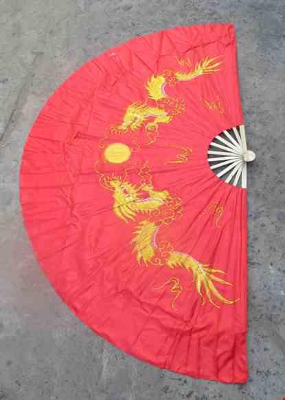 Cho thue Quạt múa đại nền đỏ rồng vàng