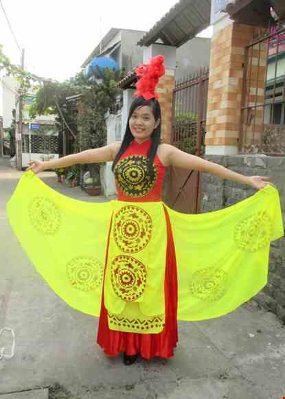 Cho thue Đầm múa Âu Lạc thân đỏ, váy nhiều tà đuôi xòe