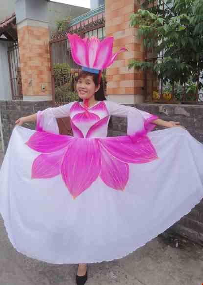 Cho thue Váy múa sen hồng - trắng tà xòe rộng
