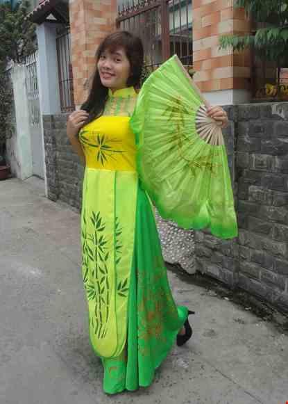 Cho thue Đầm múa dài nền vàng lá trúc nhiều tà