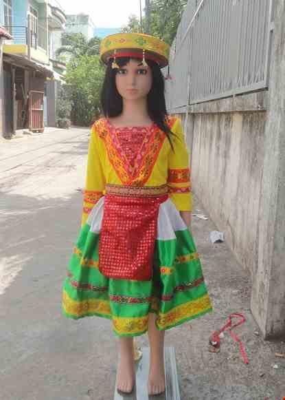 Cho thue Dân tộc Mèo mầm non áo thun vàng viền đỏ váy phi xanh