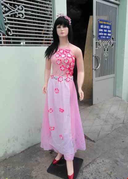 Cho thue Đầm hồng cổ yếm dán hoa
