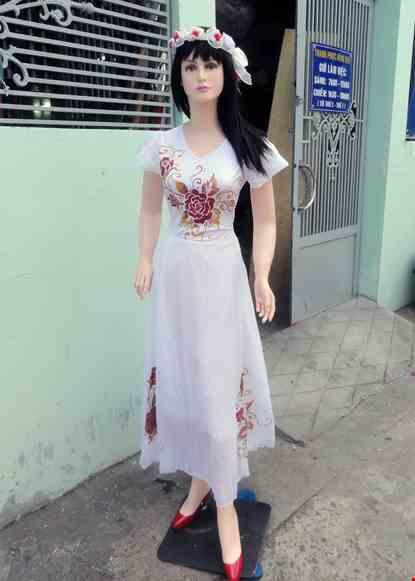 Cho thue Đầm múa dài voan trắng phun hoa hồng