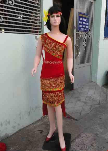 Cho thue Đầm Tây Nguyên nhung đỏ chéo vai 2 tầng