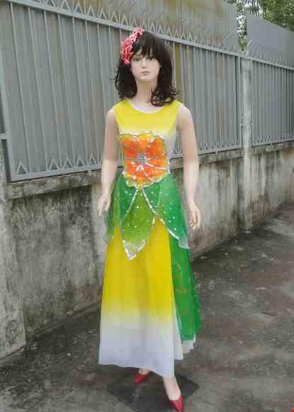 Cho thue Váy múa dài vàng - trắng bông ngực tà nhiều cánh