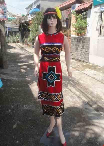 Cho thue Áo Váy Tây Nguyên nhung đỏ kết đá