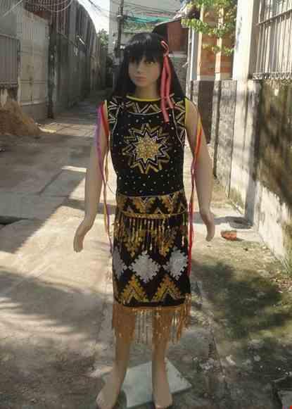 Cho thue Tây Nguyên nữ tiểu học- Áo sát nách váy nhung đen
