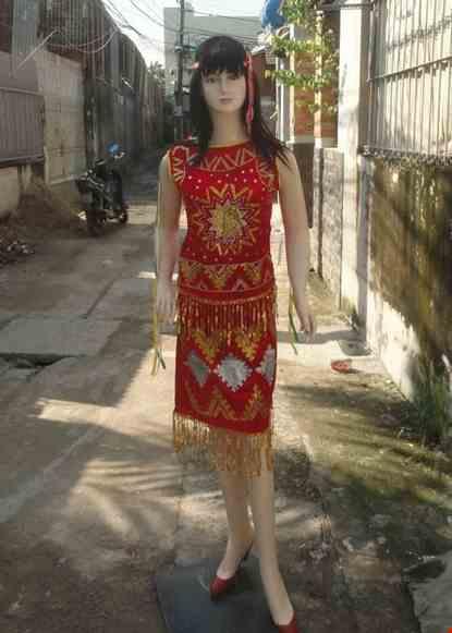 Cho thue Trang phục Tây Nguyên - Áo váy nhung đỏ sát nách họa tiết kim tuyến ô vuông
