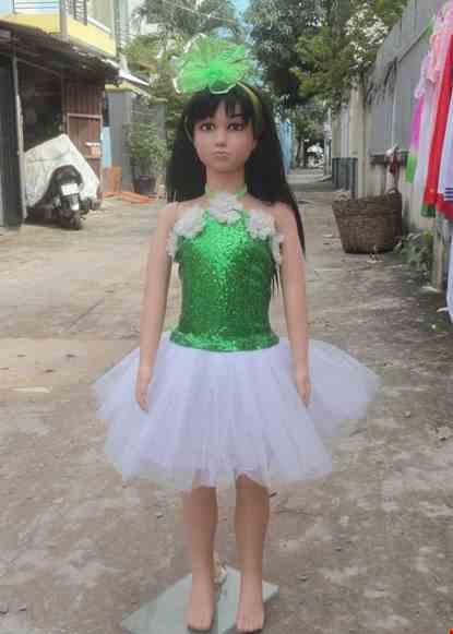 Cho thue Đầm múa mầm non thân kim sa xanh lá cổ yếm váy trắng