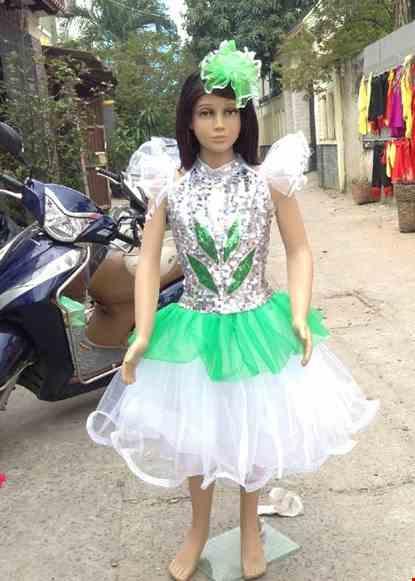 Cho thue Đầm múa trẻ em kim sa trắng phối xanh lá cổ trụ