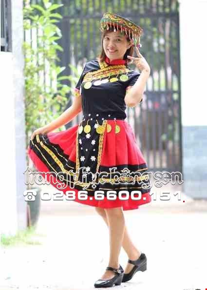 Cho thue Trang phục dân tộc Mèo đen váy đỏ sọc đen phối thổ cẩm