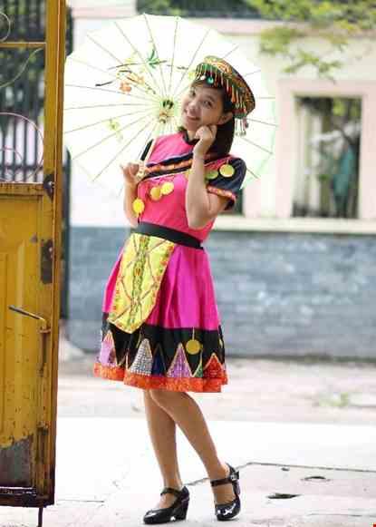 Cho thue Trang phục dân tộc Mèo hồng váy hồng phối đen kim sa tam giác