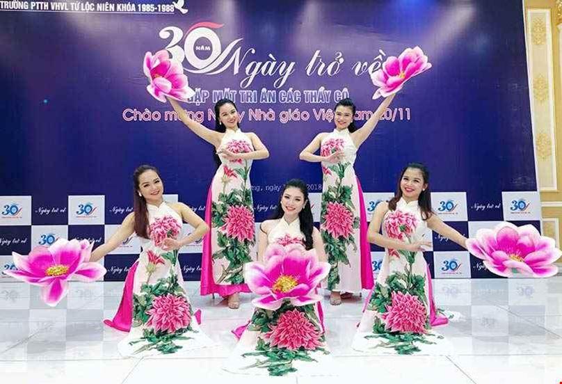 Hoa Múa Cầm Tay – Đạo Cụ Biểu Diễn Mang Màu Sắc Thiên Nhiên Trên Sân Khấu Nghệ Thuật
