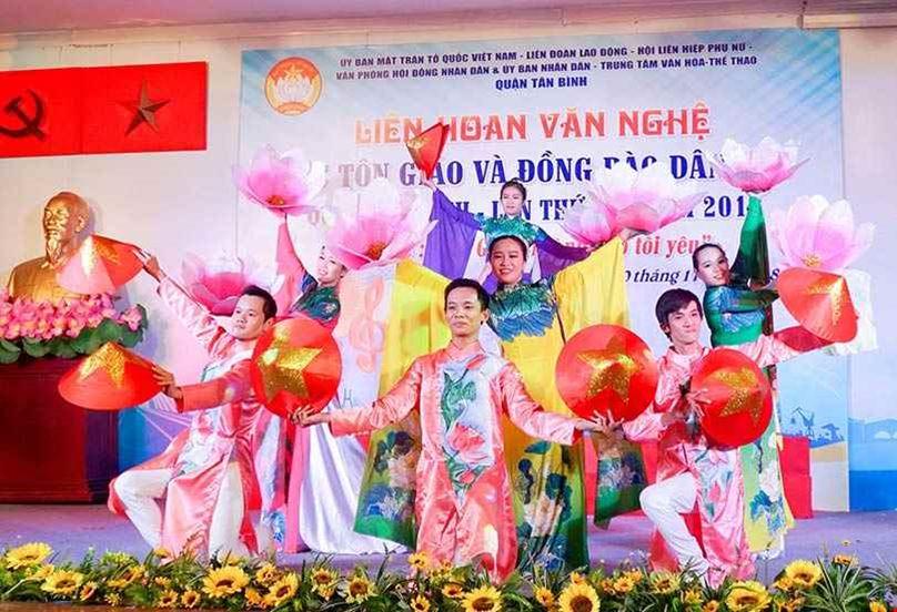 Chọn thuê trang phục cho tiết mục hát múa Việt Nam Quê Hương Tôi